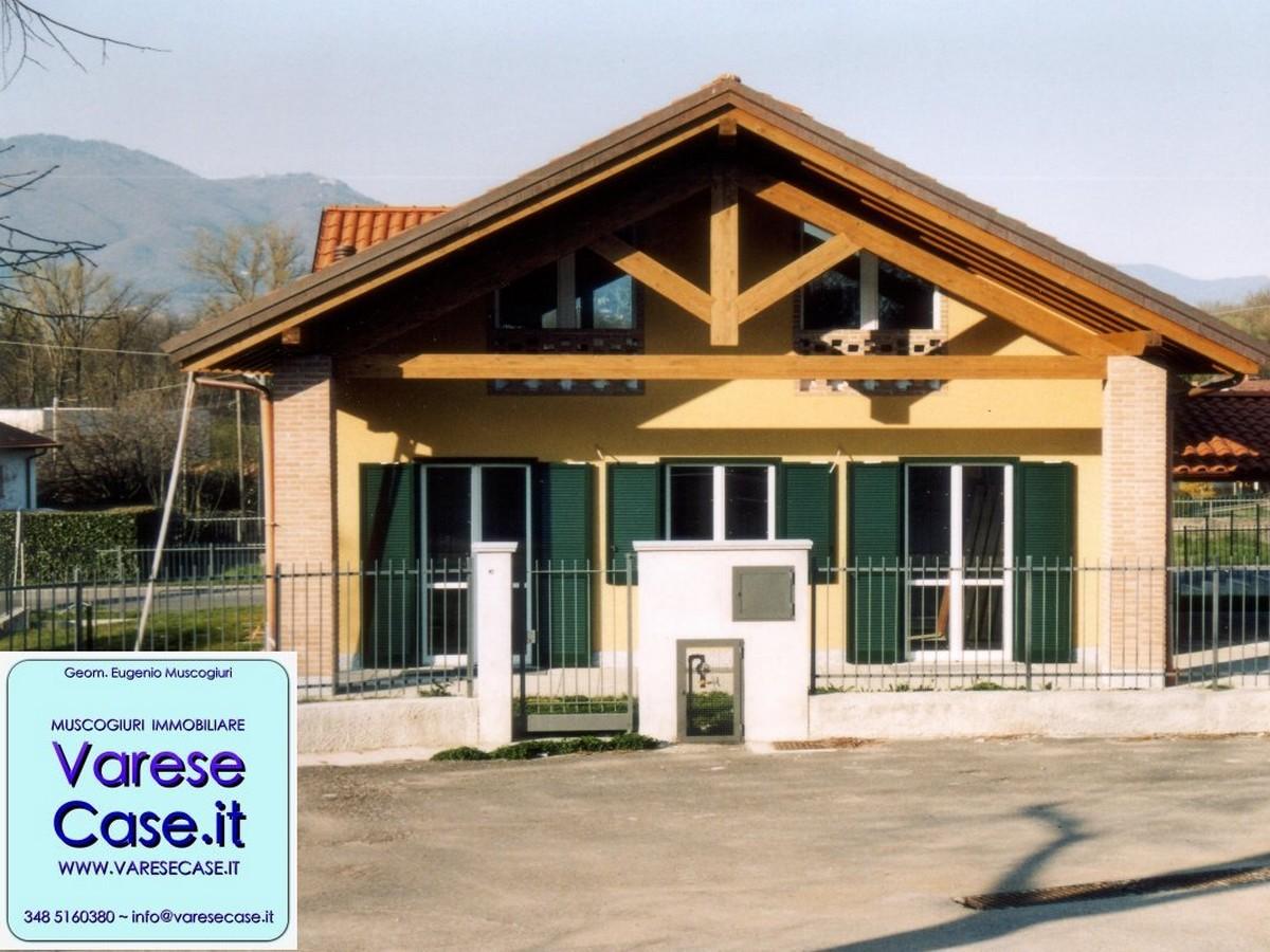 Villa di nuova costruzione in vendita a cazzago brabbia for Portico auto in vendita